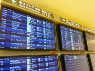 空港で出発の時間が表示されている風景